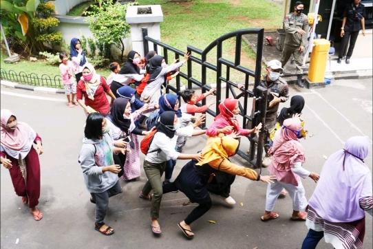 Tak Kunjung Direspon, Warga Benda Geruduk Kantor Wali Kota Tangerang