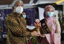 Kepala BNN Kota tangerang Satria Ika Putra (kiri), saat menyerahkan hadiah kepada pemenang pertama Duta Anti Narkoba Kota Tangerang 2021, Vilenta Ovilia.